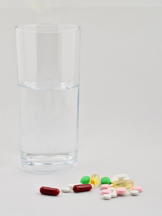 コップと薬