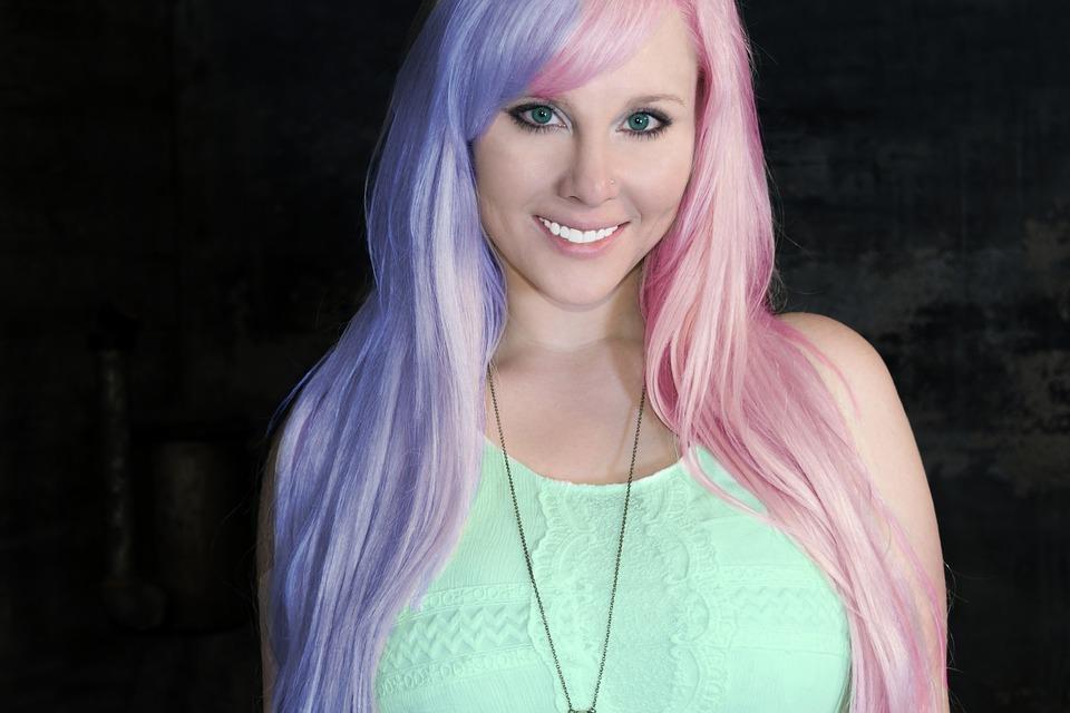 ピンクの髪女性