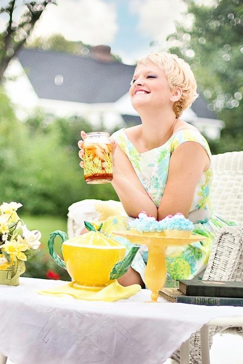 紅茶飲んでいる女性