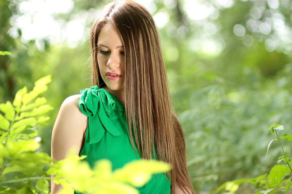 緑の服女性