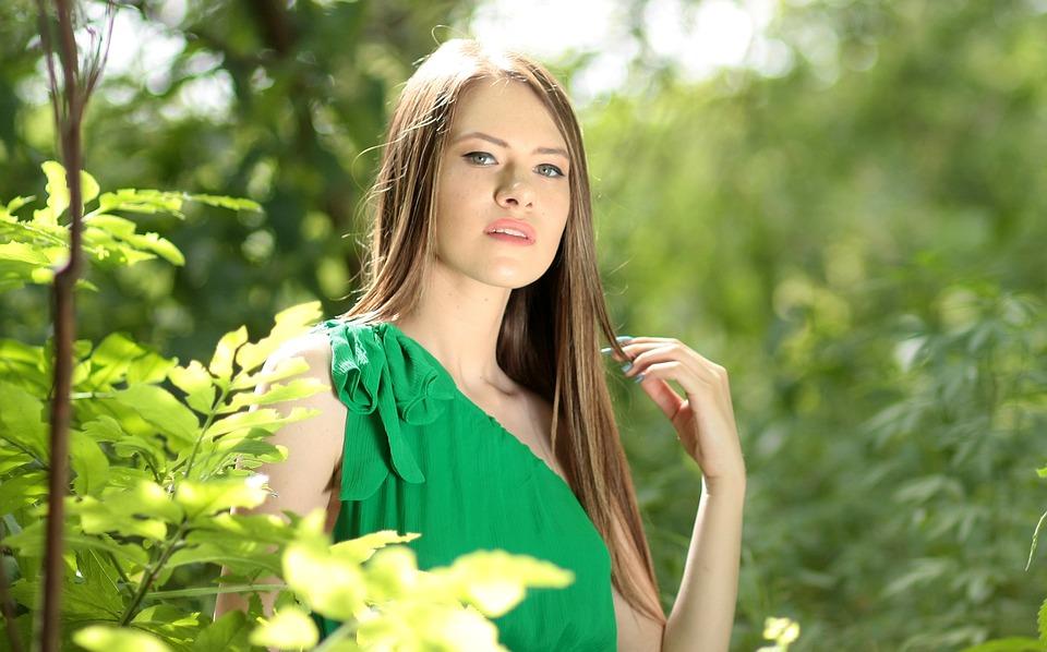 緑色の服の女性