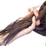 抜け毛は季節で量が変わる?引き起こる原因と対策方法を紹介!
