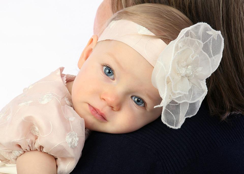 お花頭につけている赤ちゃん