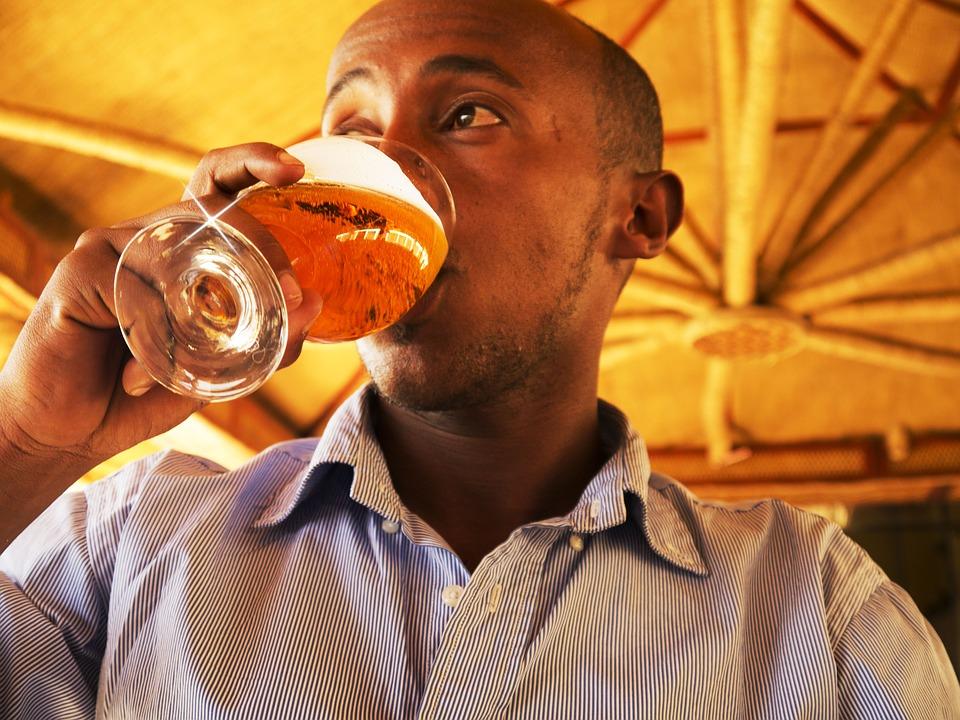 ビール飲む男性