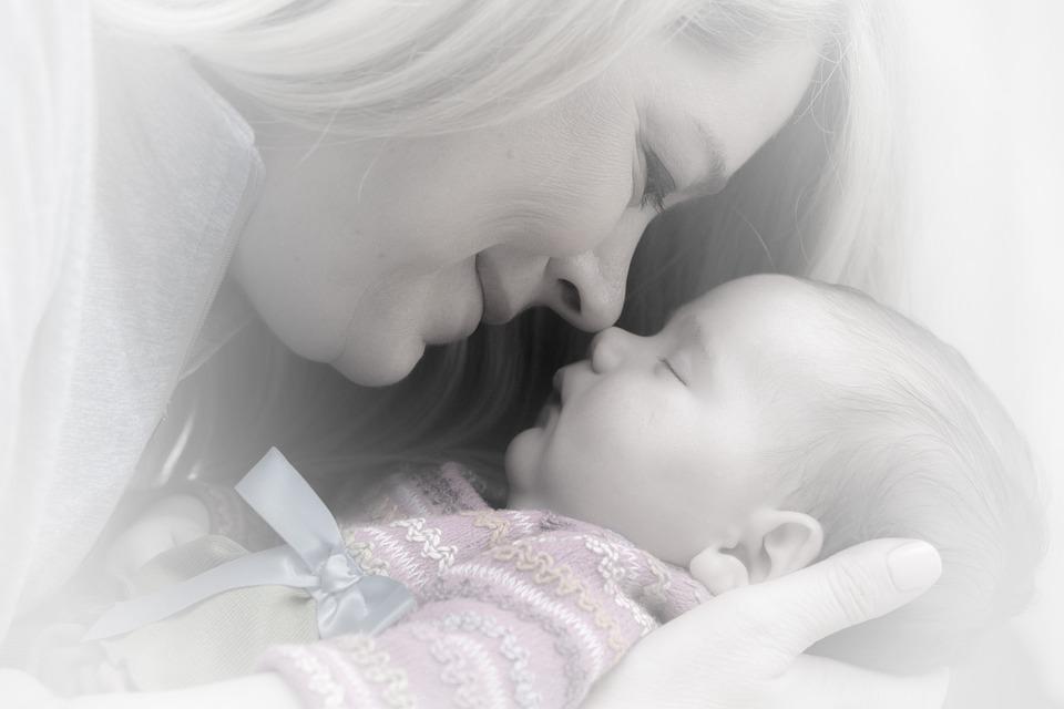 ママと寝ている赤ちゃん