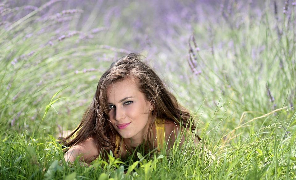 ラベンダー畑の女性