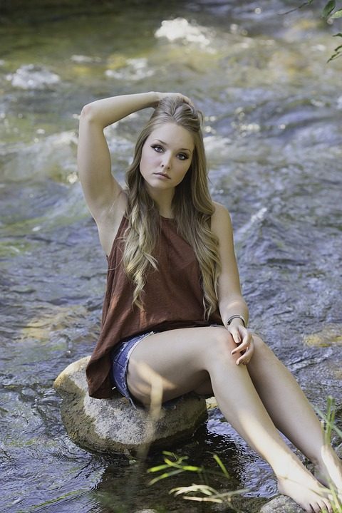 川にいる女性