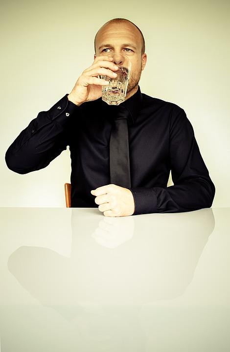 水飲む男性