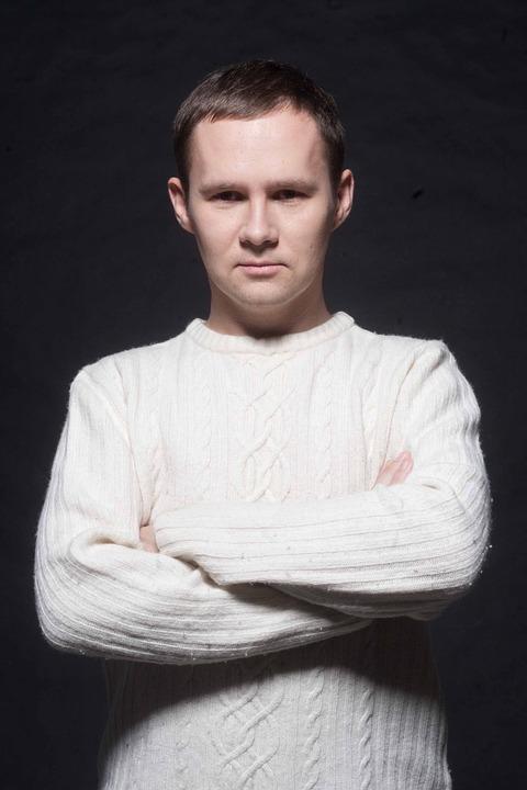 白いセーターの男性