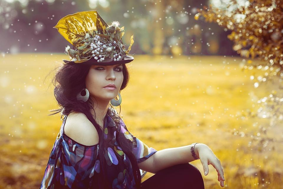 花のある帽子と女性