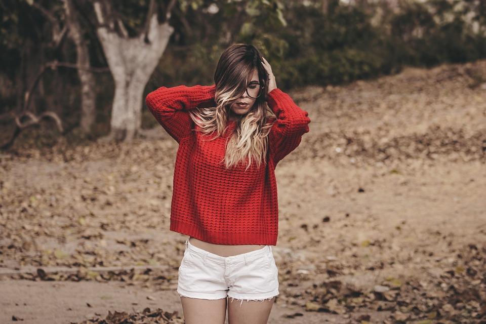 赤い服メガネ女性