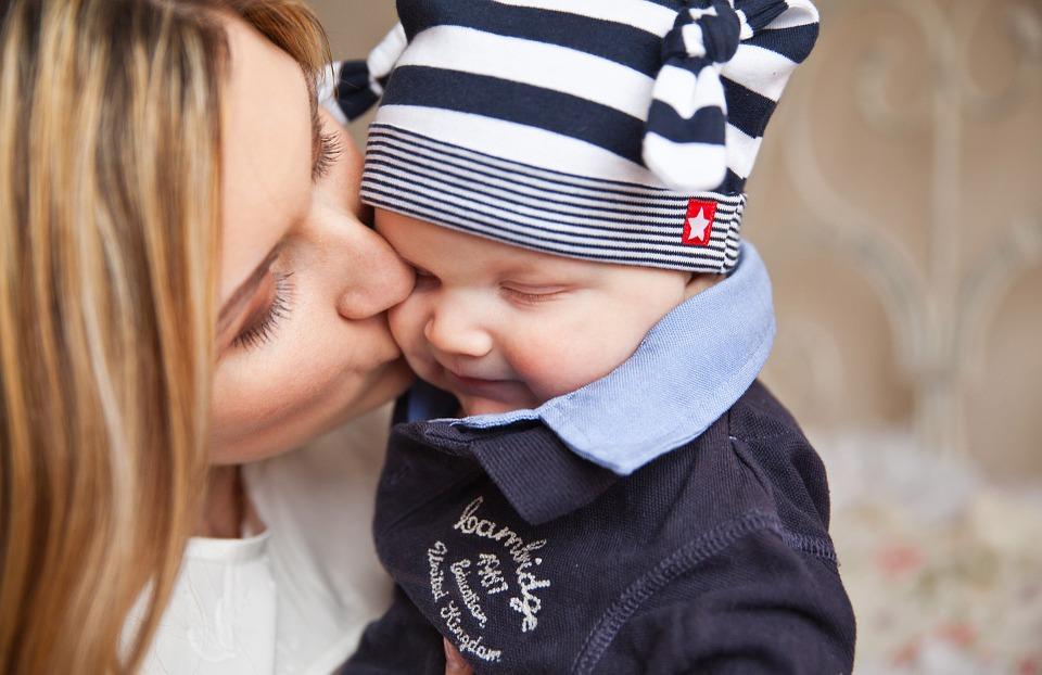 赤ちゃんにキスするママ