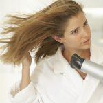 ドライヤーで抜け毛が心配!髪に与えるダメージと上手く乾かす方法を紹介!