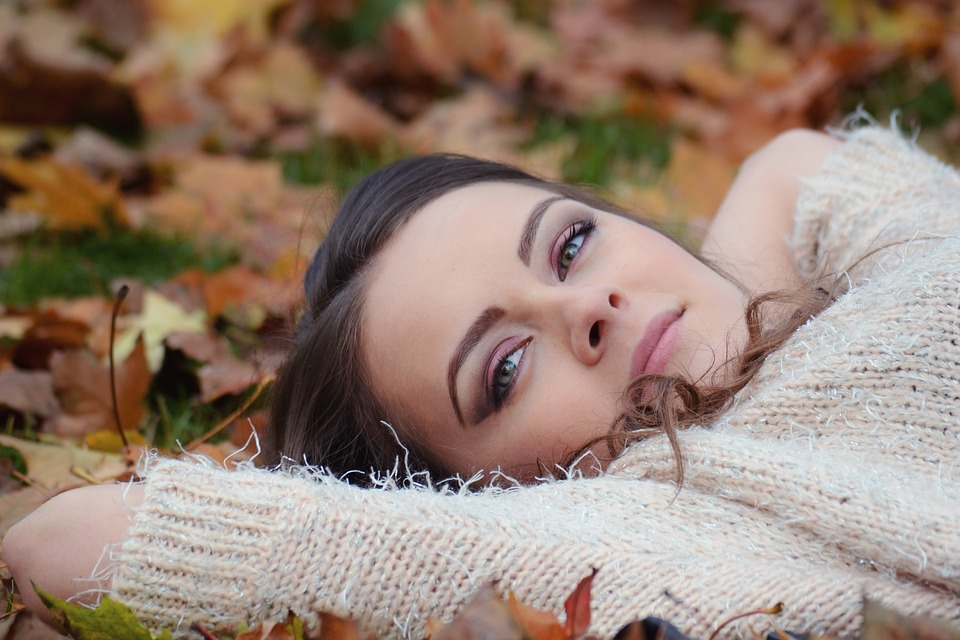 girl-lying-down-2010387_960_720