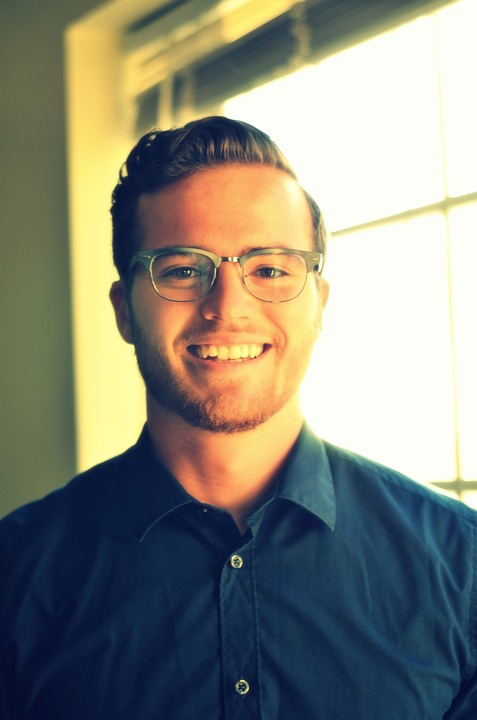 シャツメガネヒゲ笑顔の男性