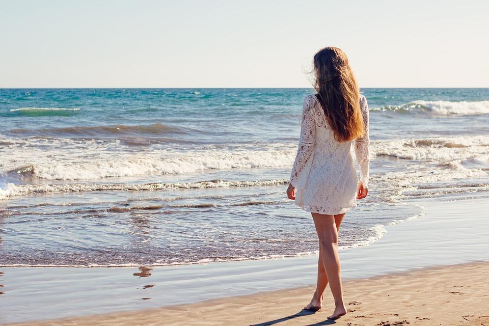 ビーチ白いドレスの女性