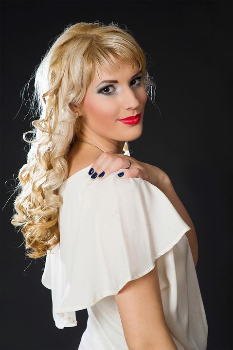 ブロンド白い服の女性