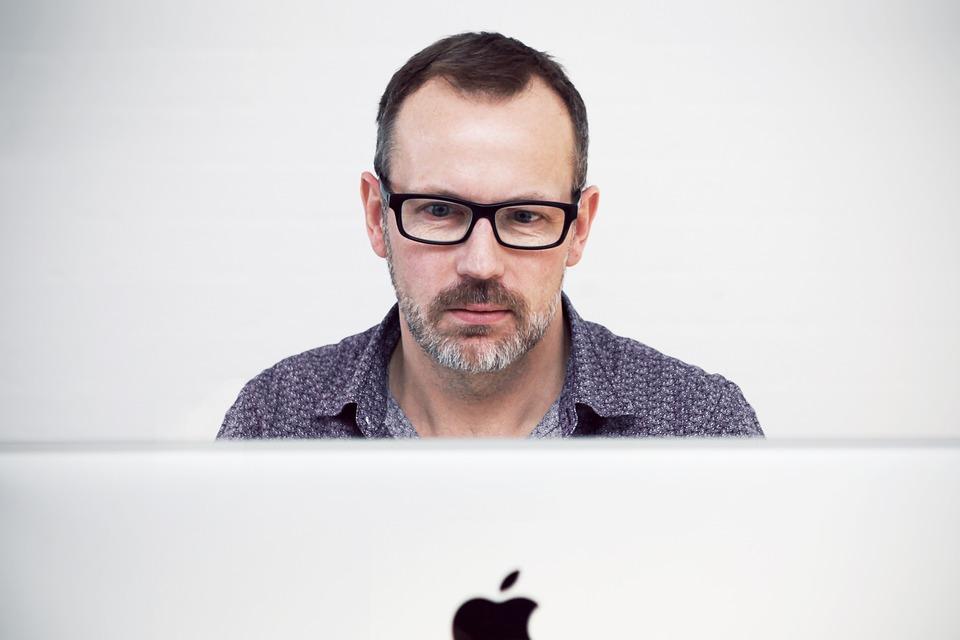 マック画面見ている男性