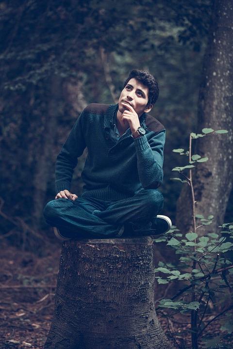 森の中男性