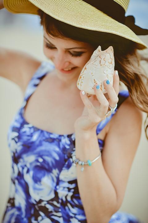 水色ネイル帽子女の子
