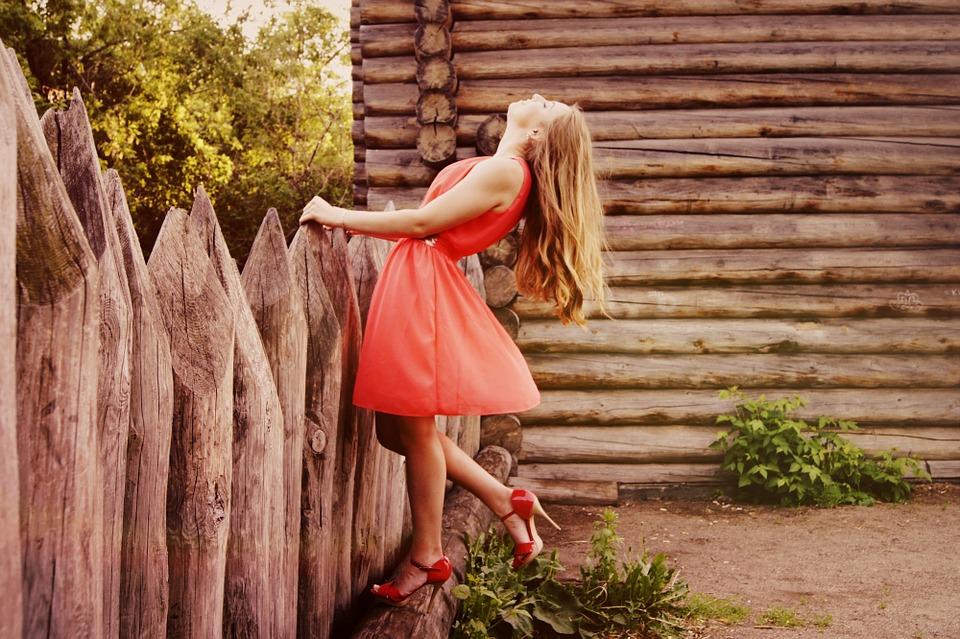 赤いドレス女性
