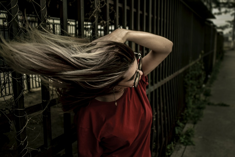 赤い服長い髪女性
