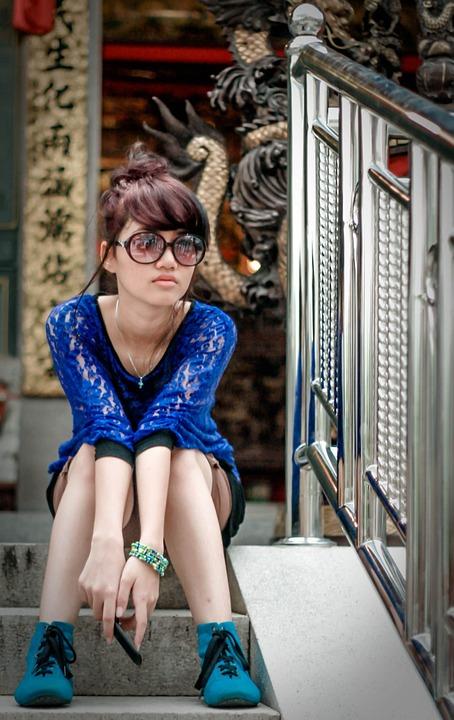 青い服サングラス女性