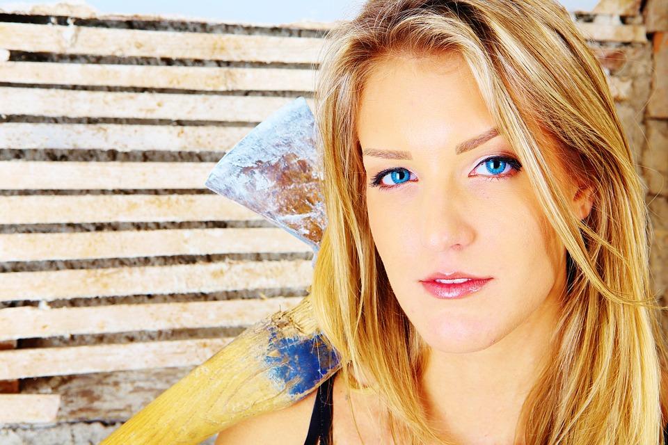 青い目のブロンド女性