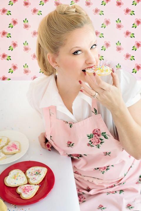 クッキー食べる女性