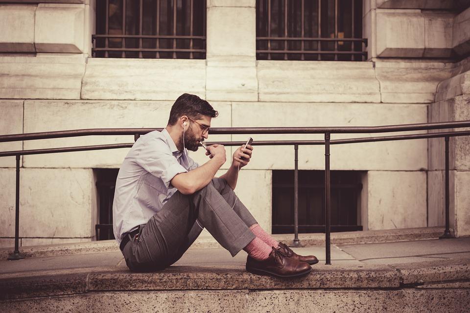 スマートフォン見ている男性