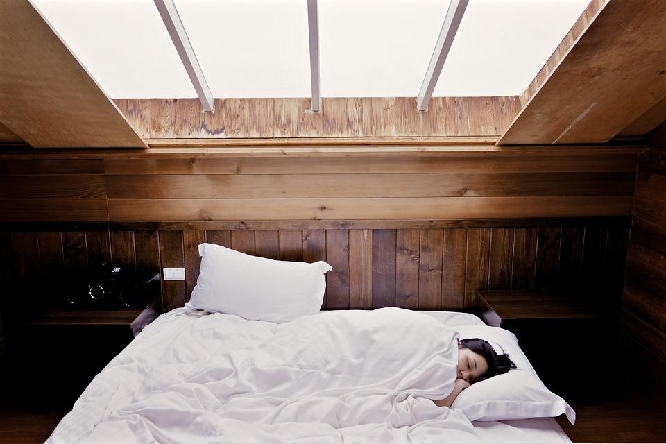 ベッド寝ている女性