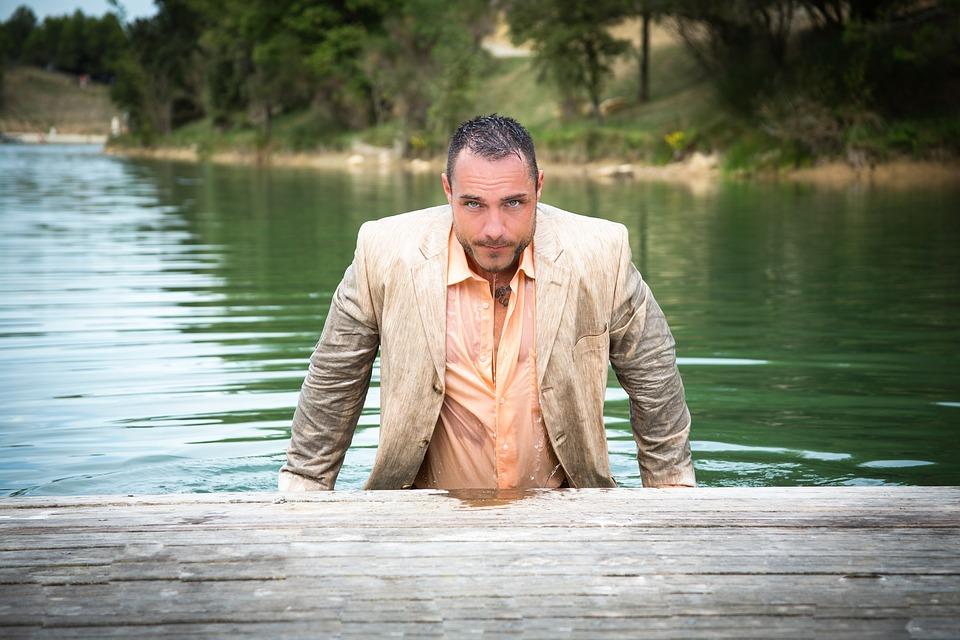 川から上がった男性