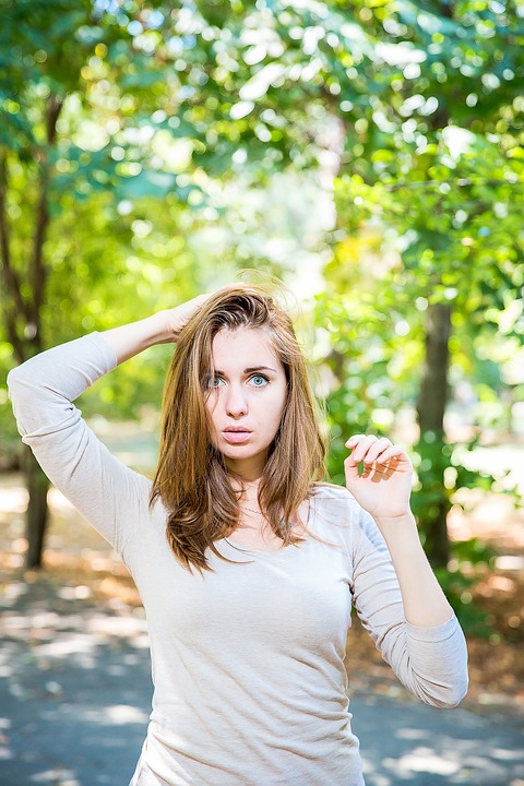 森頭茶髪女性