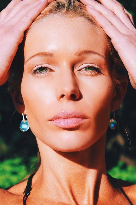 水色イヤリング女性の顔