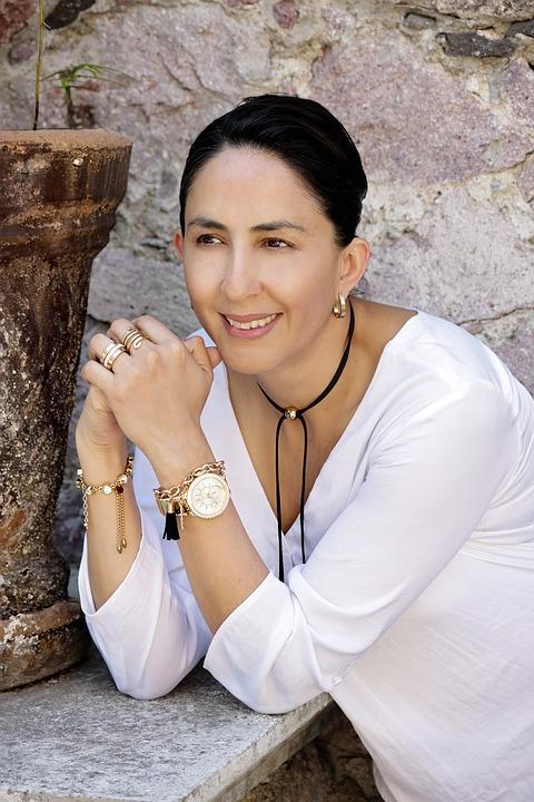 白い服腕時計女性