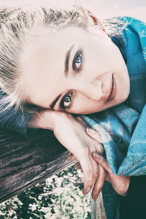 青いスカーフ女性