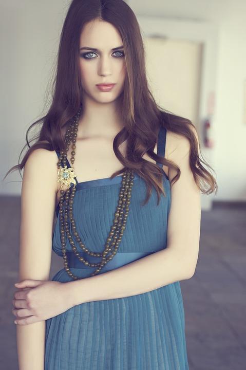 青いワンピースの女性