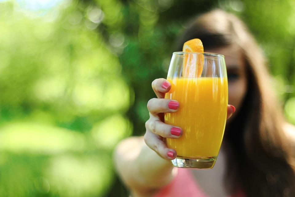 オレンジジュース女性