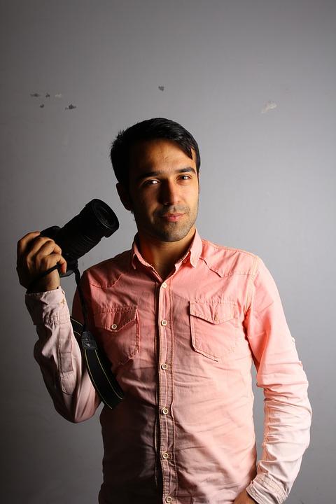 カメラ手にしてる男性