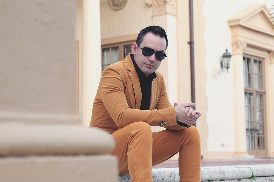 サングラススーツ男性