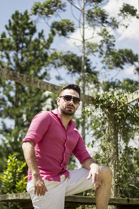 サングラスピンクシャツ男性
