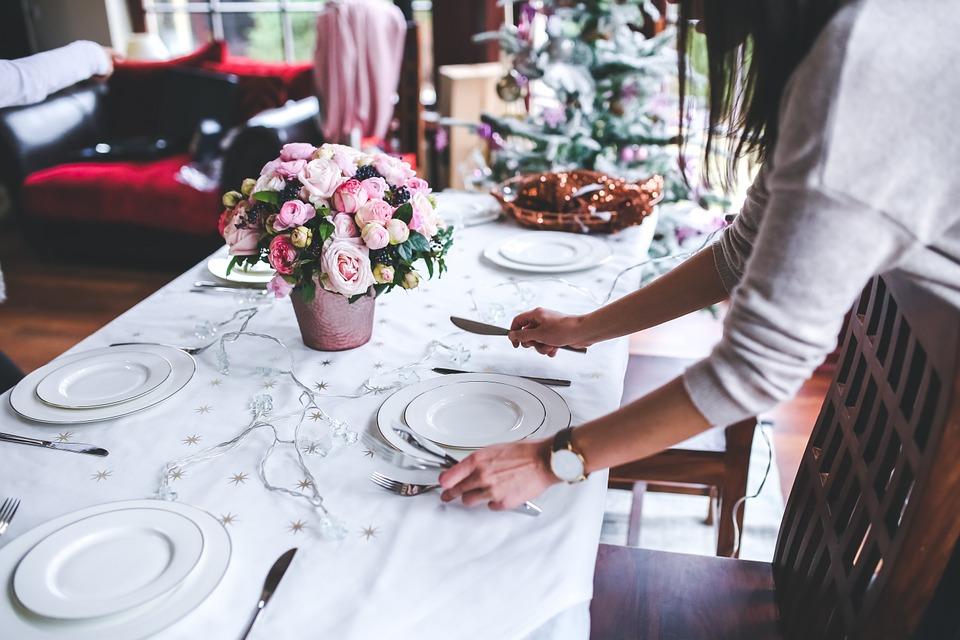 テーブルセットする女性