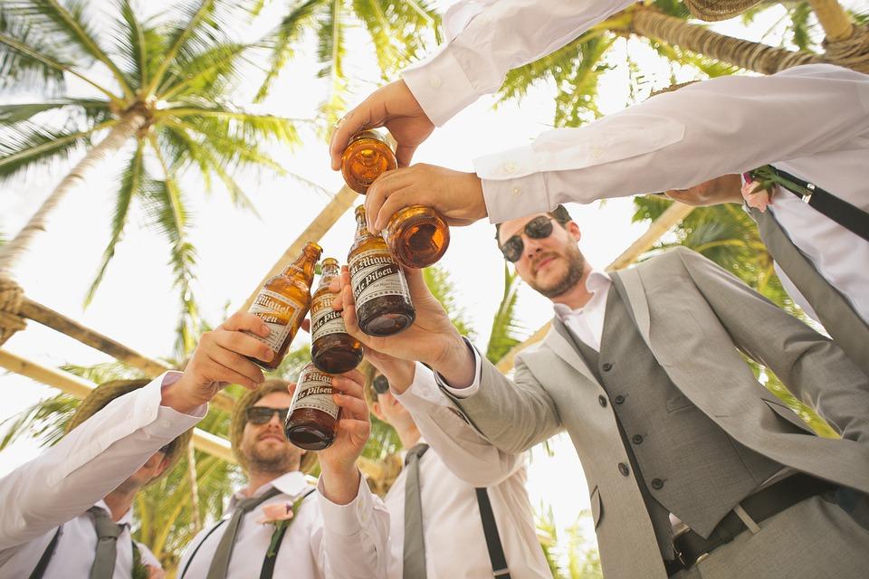 ビール乾杯男性