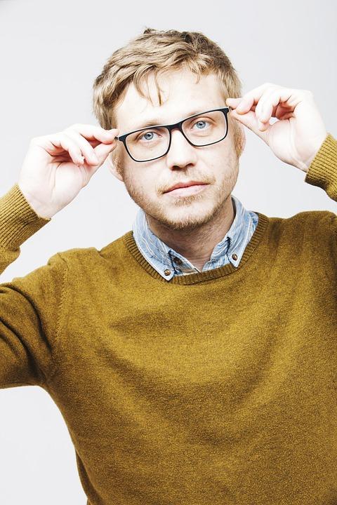 メガネかけている男性