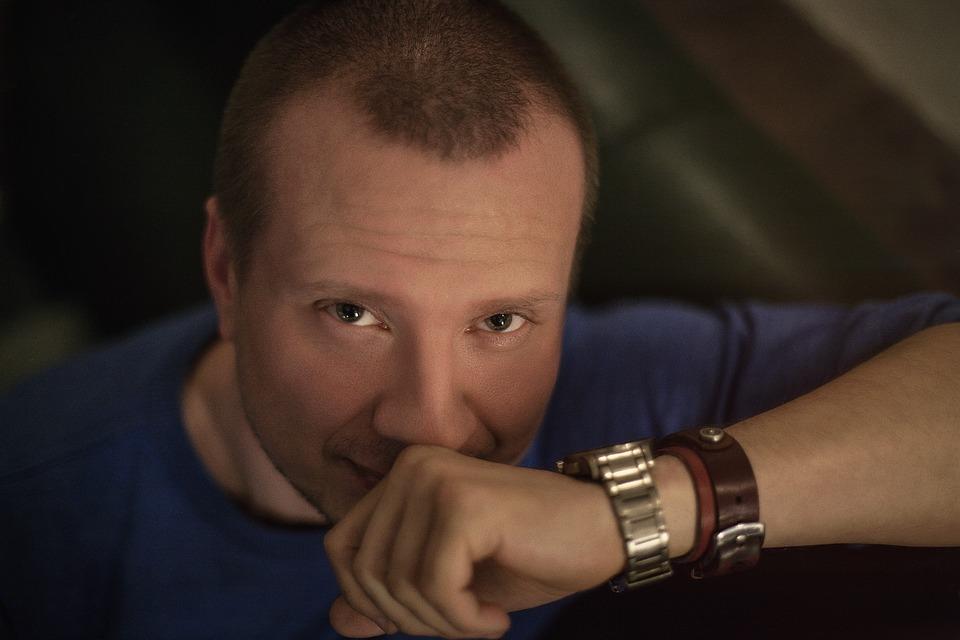 腕時計青Tシャツ男性