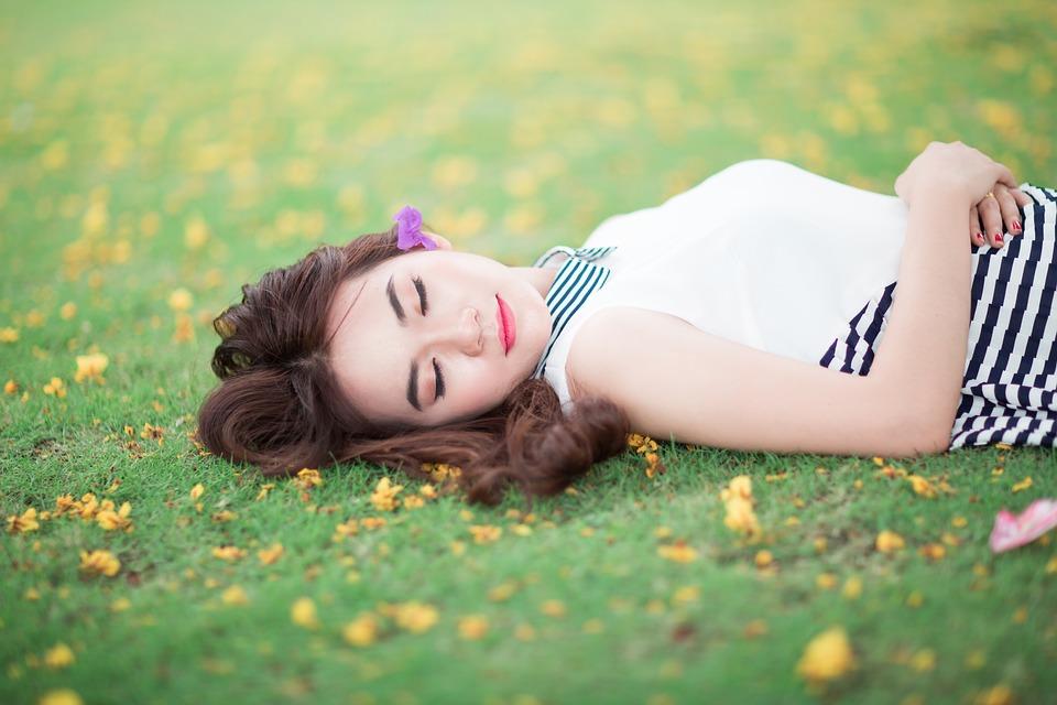 草の上寝ている女子
