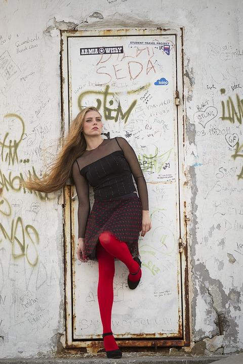 赤いタイツの女性