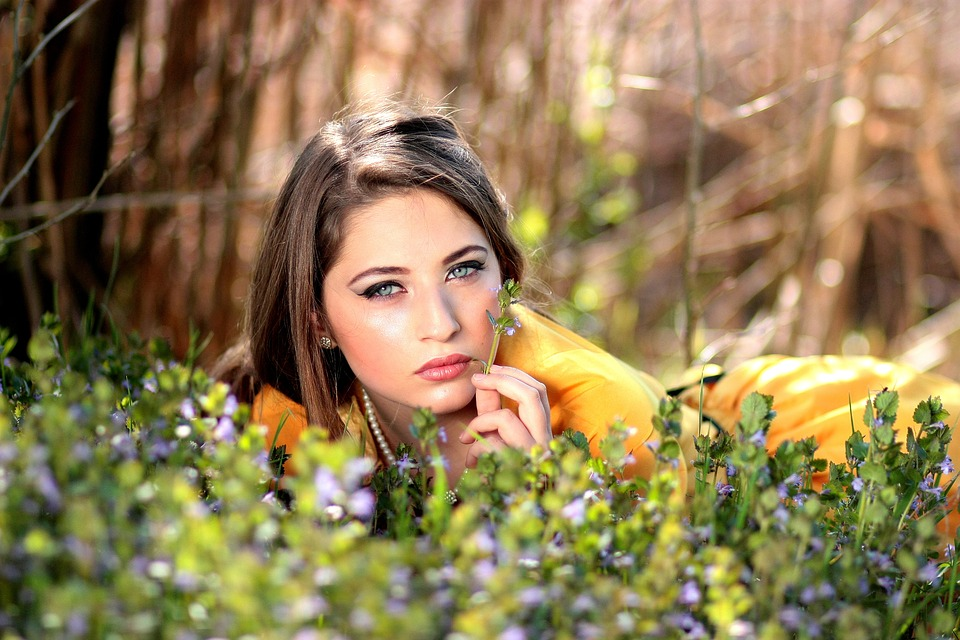野原黄色花と女性