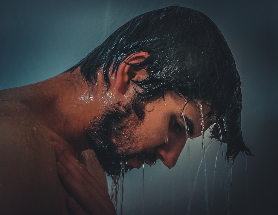 シャワー浴びている男性