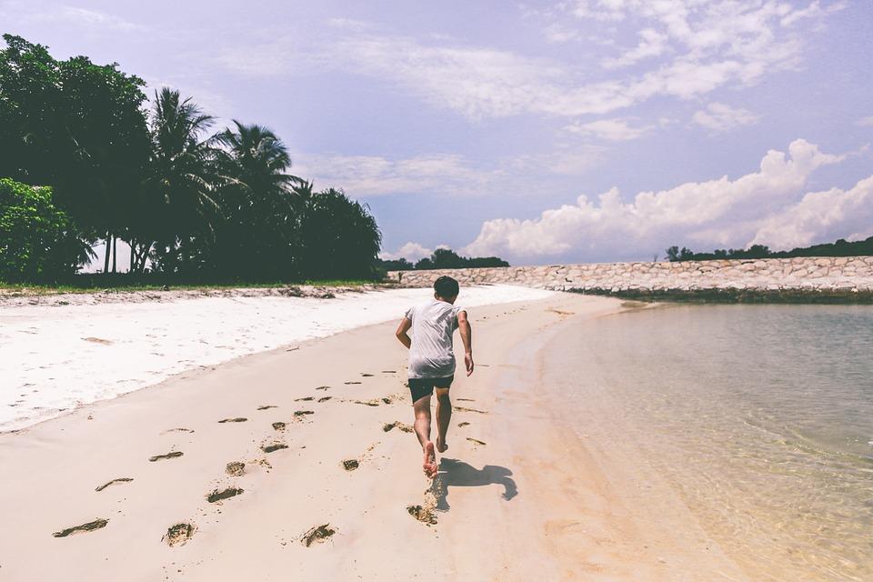 砂浜走る男性